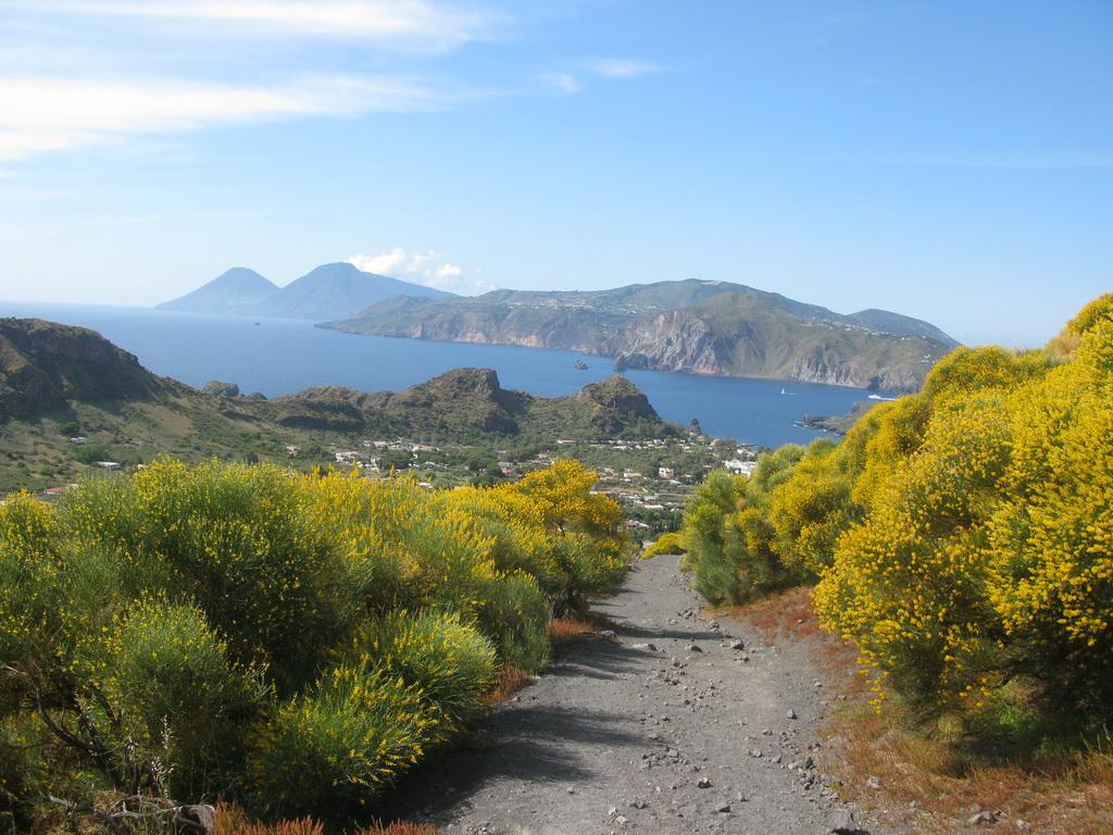 výstup_na_Gran_Cratere,_v_pozadí_ostrovy_Lipari_a_Salina