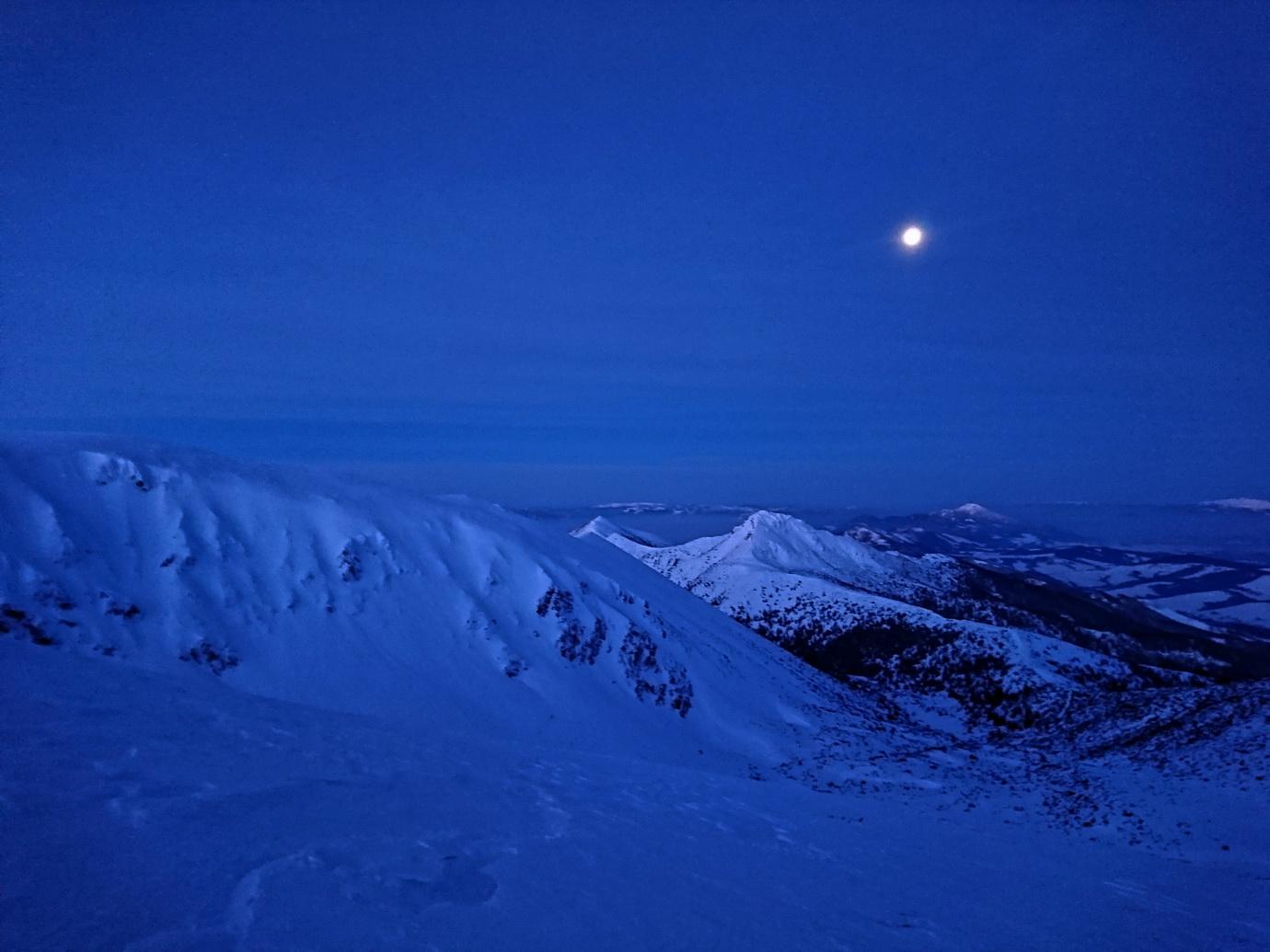 Noc_je_jasná._Pohľad_na_Sivý_vrch_pri_výstupe_na_Brestovú.