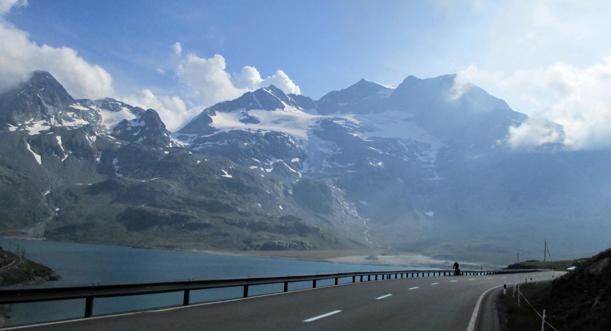 pohľad_priamo_z_cesty_cez_Passo_Bernina,_celý_hrebeň_od_sedla_vľavo_smerom_doprava